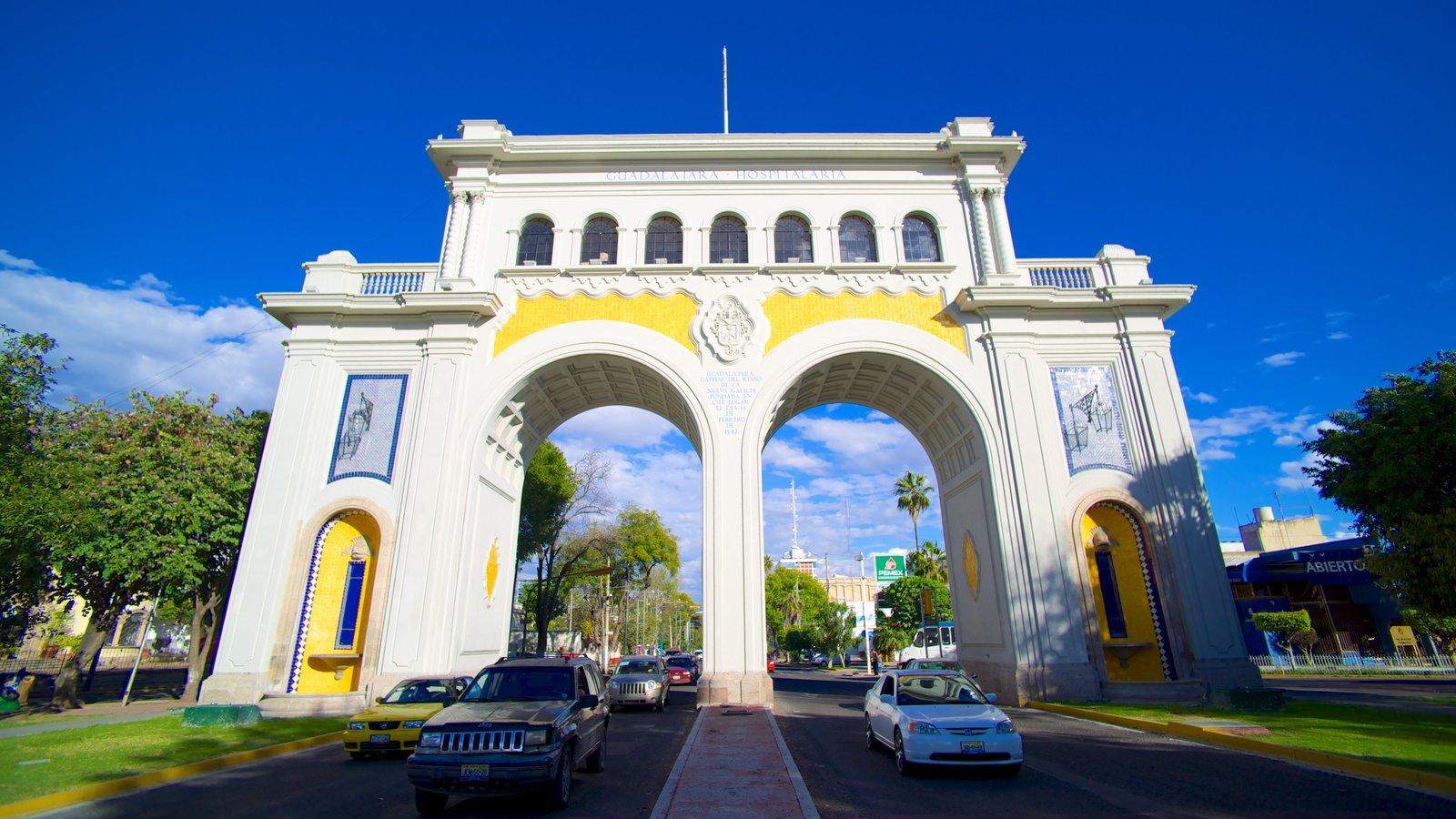 Los Arcos de Guadalajara mostrando cenas de rua, um monumento e arquitetura de patrimônio