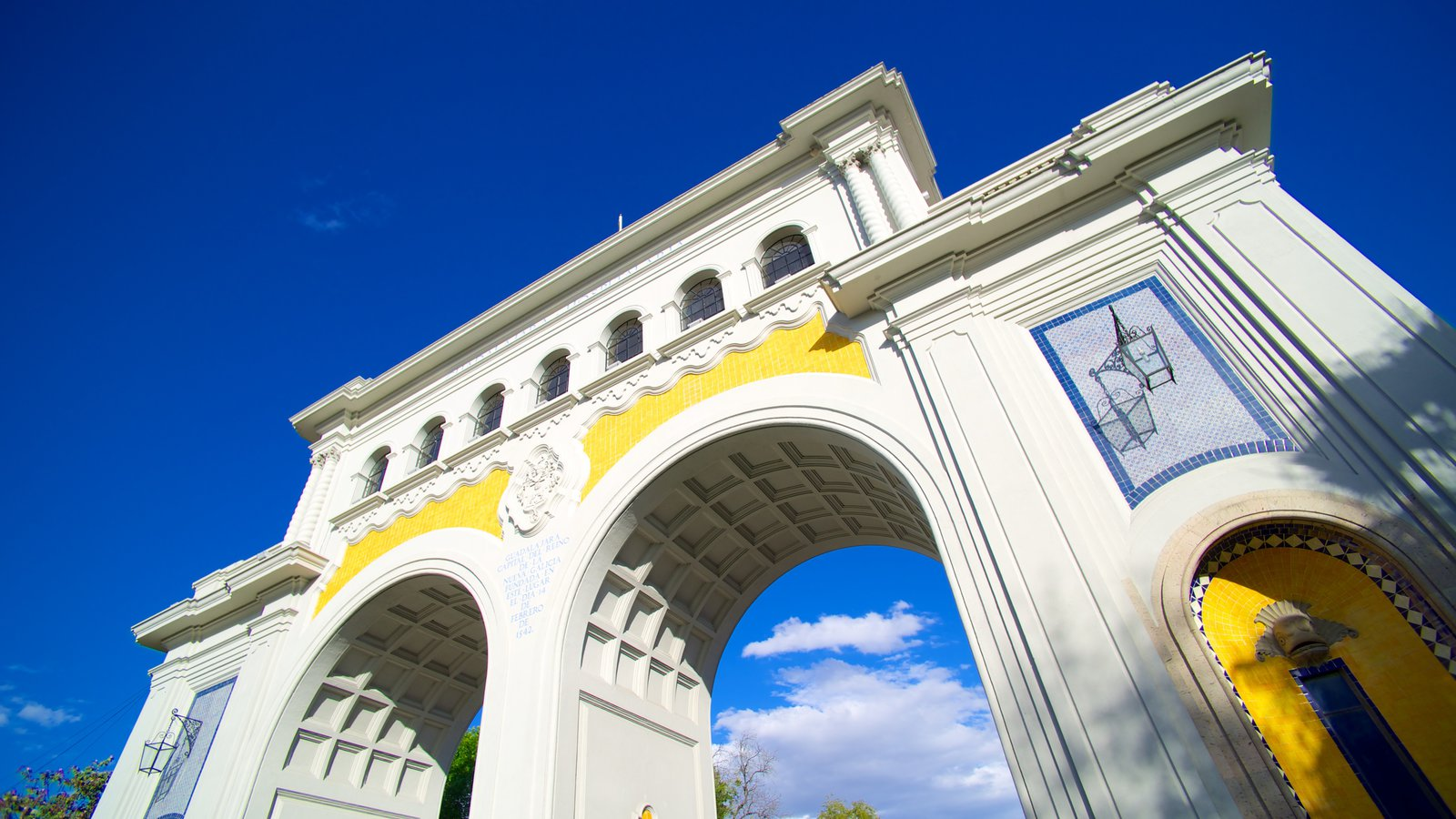 Los Arcos de Guadalajara mostrando arquitetura de patrimônio e um monumento