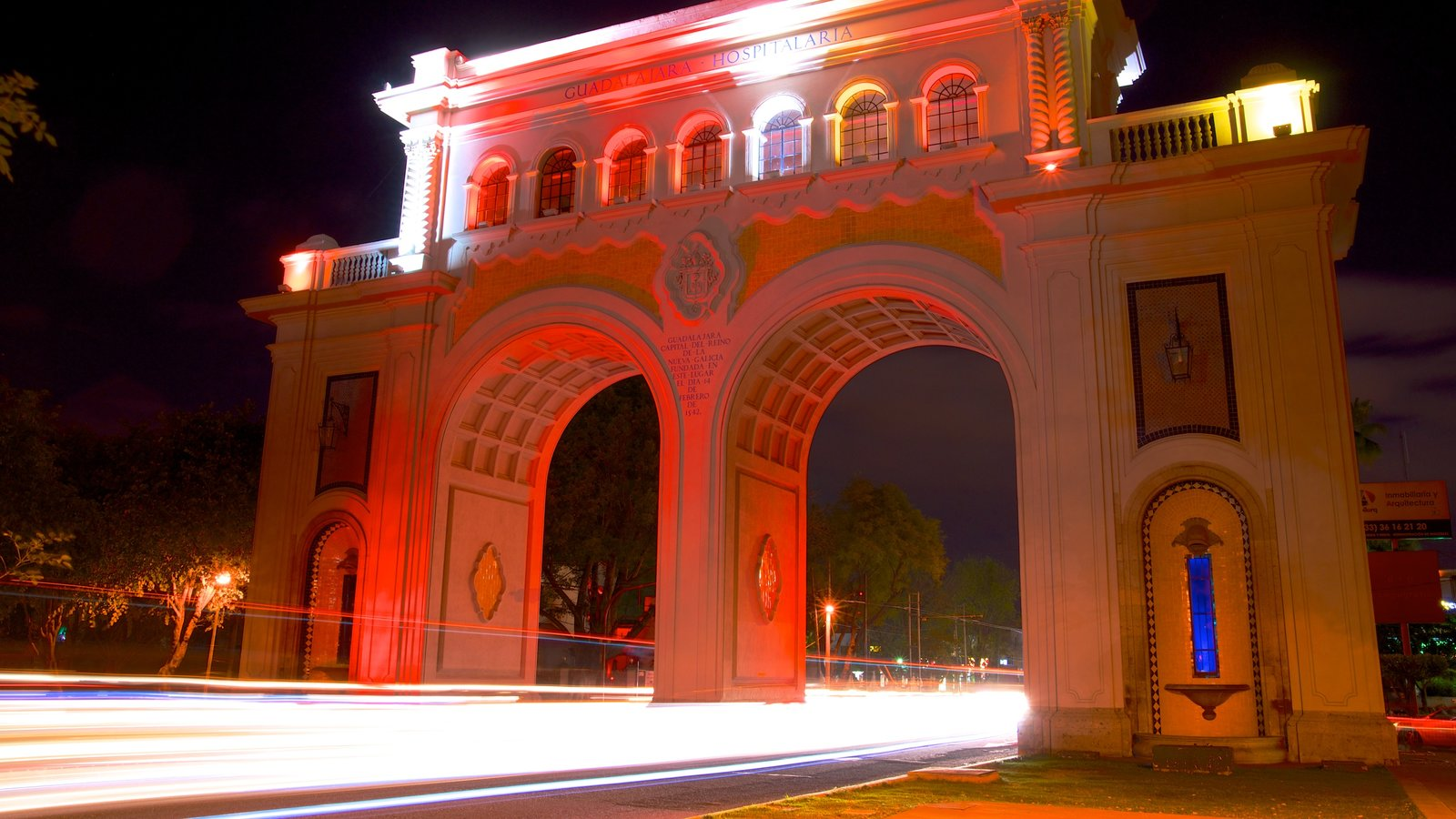 Los Arcos de Guadalajara showing heritage architecture, a monument and night scenes