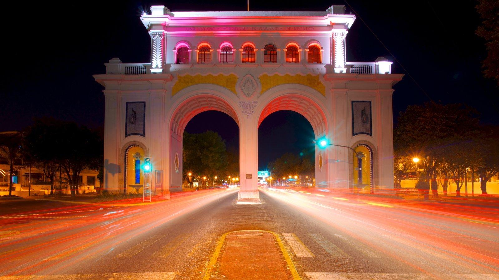 Los Arcos de Guadalajara mostrando um monumento, uma cidade e cenas de rua
