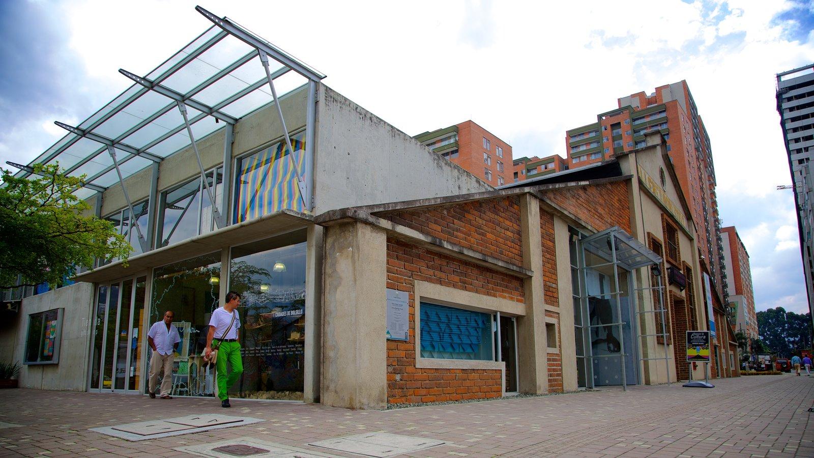 Museo de Arte Moderno de Medellín que inclui cenas de rua e elementos de patrimônio