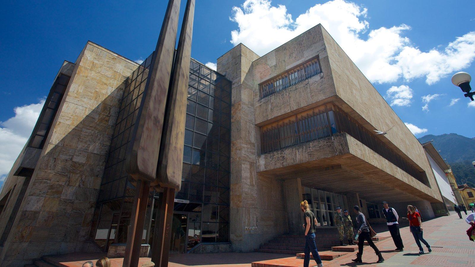 Biblioteca Luis Ángel Arango caracterizando arquitetura moderna e um edifício administrativo assim como um pequeno grupo de pessoas