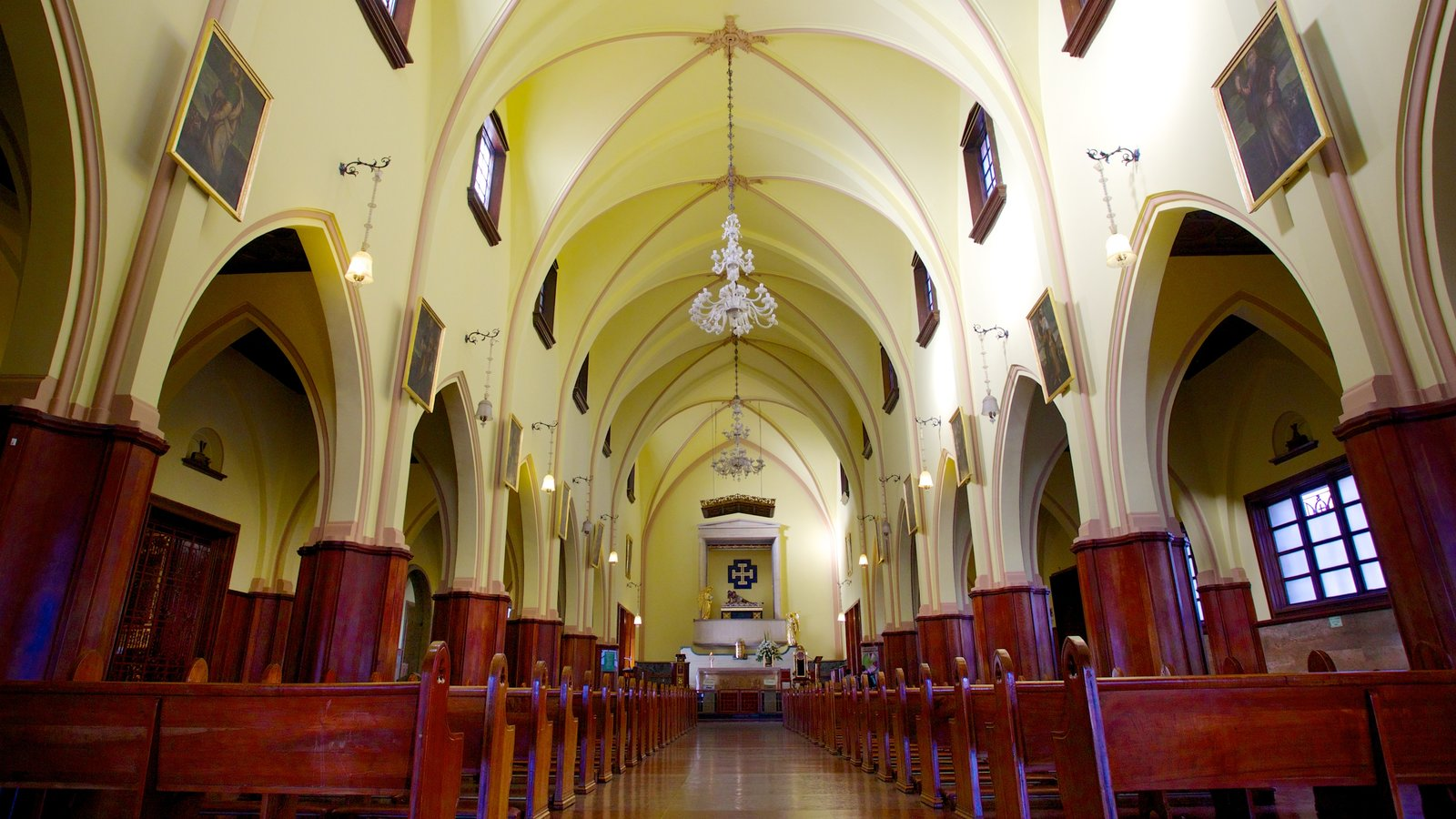 Monserrate caracterizando elementos religiosos, vistas internas e uma igreja ou catedral