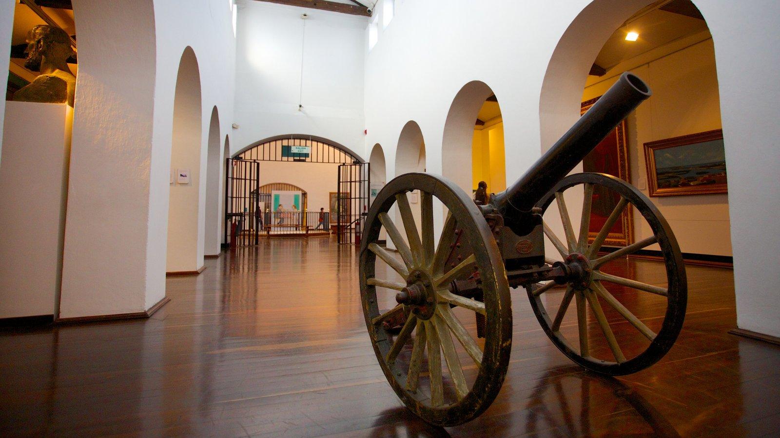 Museu Nacional mostrando vistas internas e itens militares