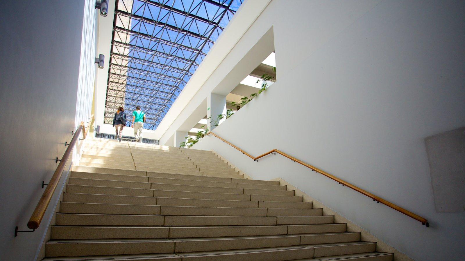 Biblioteca Luis Ángel Arango que inclui um edifício administrativo e vistas internas