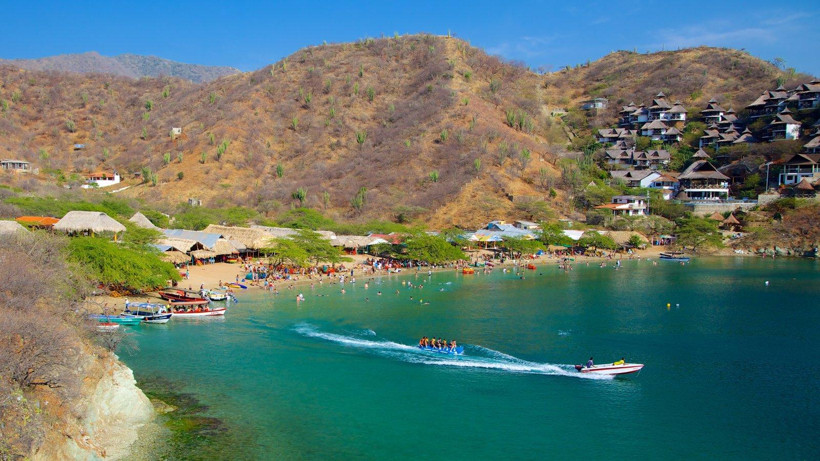 Praia Taganga caracterizando uma cidade litorânea, uma praia e paisagem