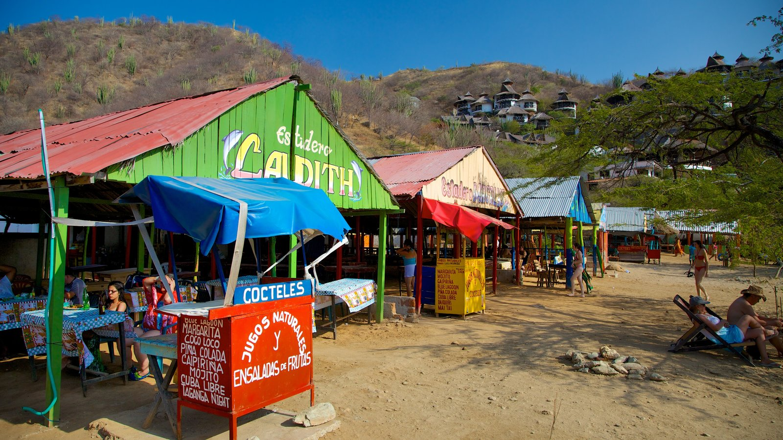 Praia Taganga mostrando jantar ao ar livre e paisagens litorâneas