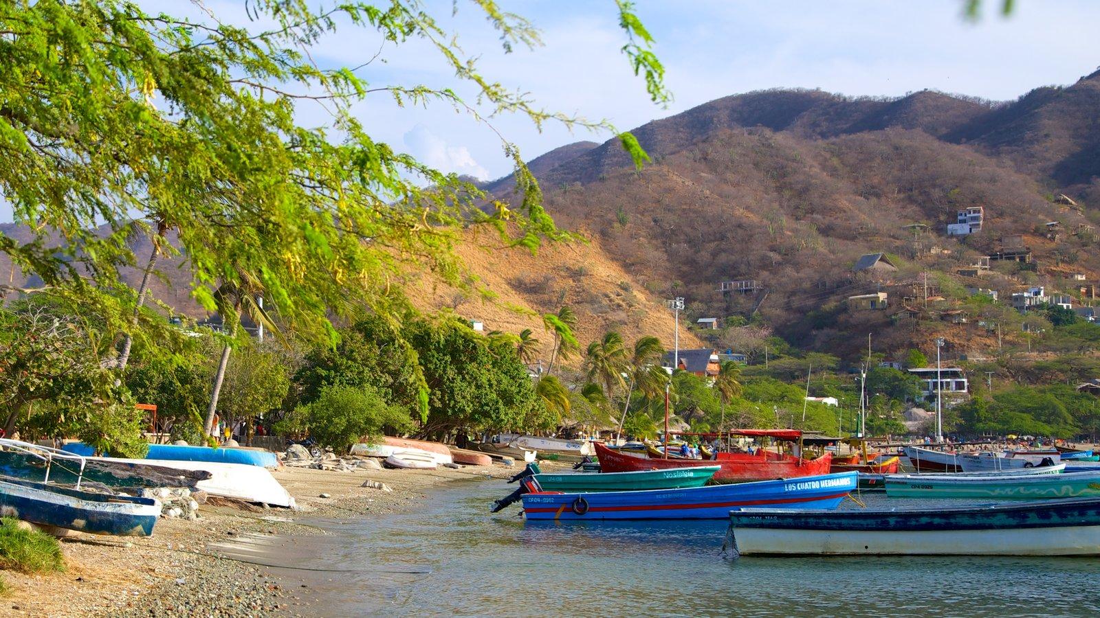 Praia Taganga que inclui uma praia de pedras, uma cidade litorânea e uma baía ou porto