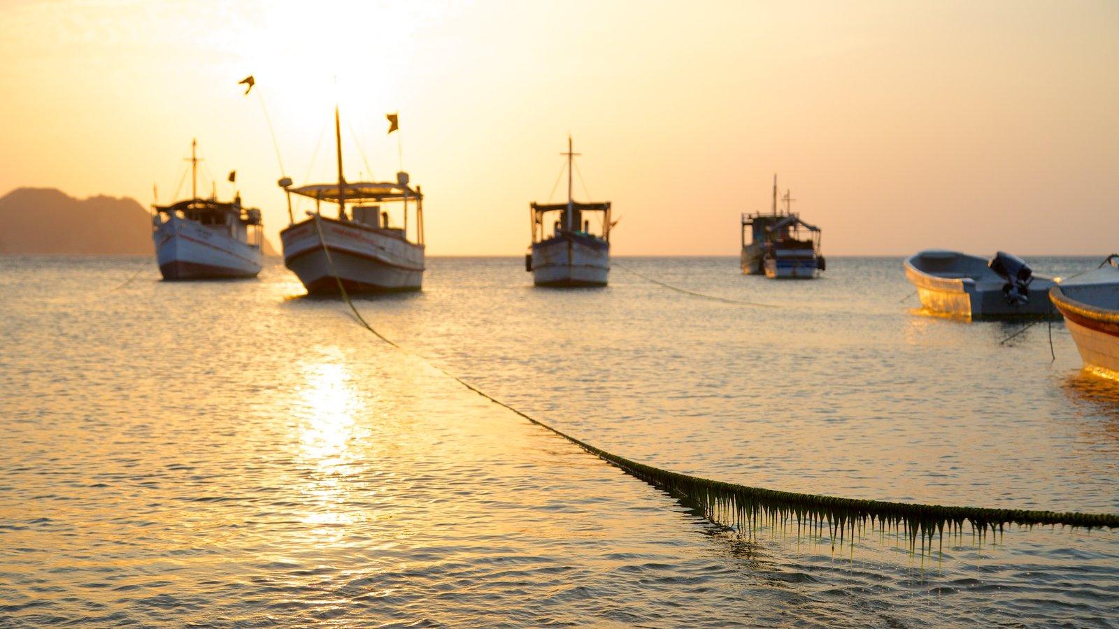 Praia Taganga mostrando canoagem, um pôr do sol e uma baía ou porto