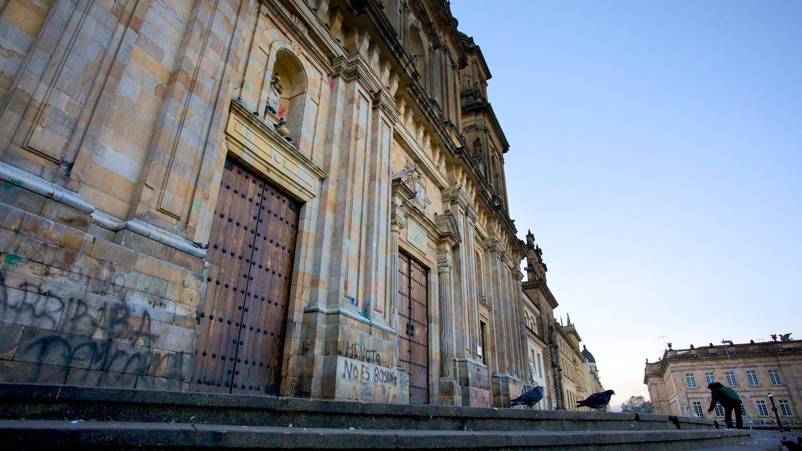 Catedral Primada que inclui arquitetura de patrimônio e uma igreja ou catedral