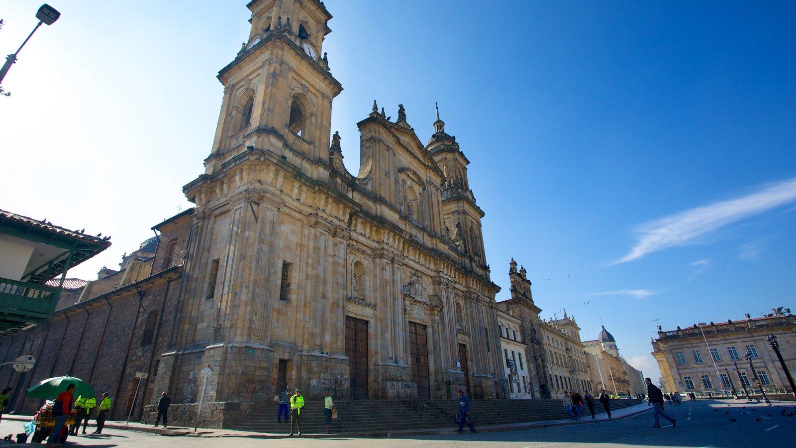 Catedral Primada mostrando arquitetura de patrimônio, uma cidade e cenas de rua
