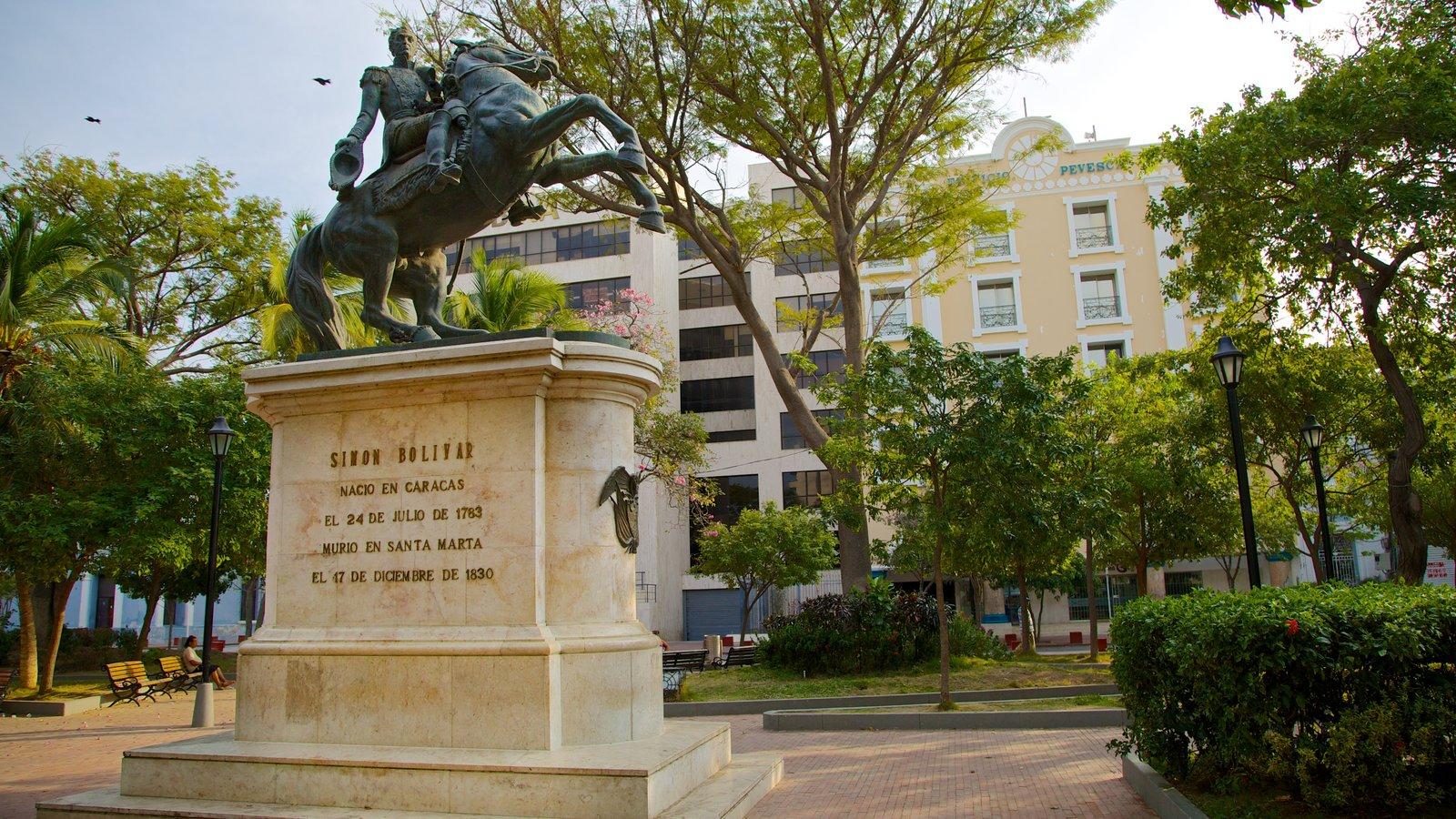 Plaza de Bolívar caracterizando um monumento, uma praça ou plaza e uma estátua ou escultura