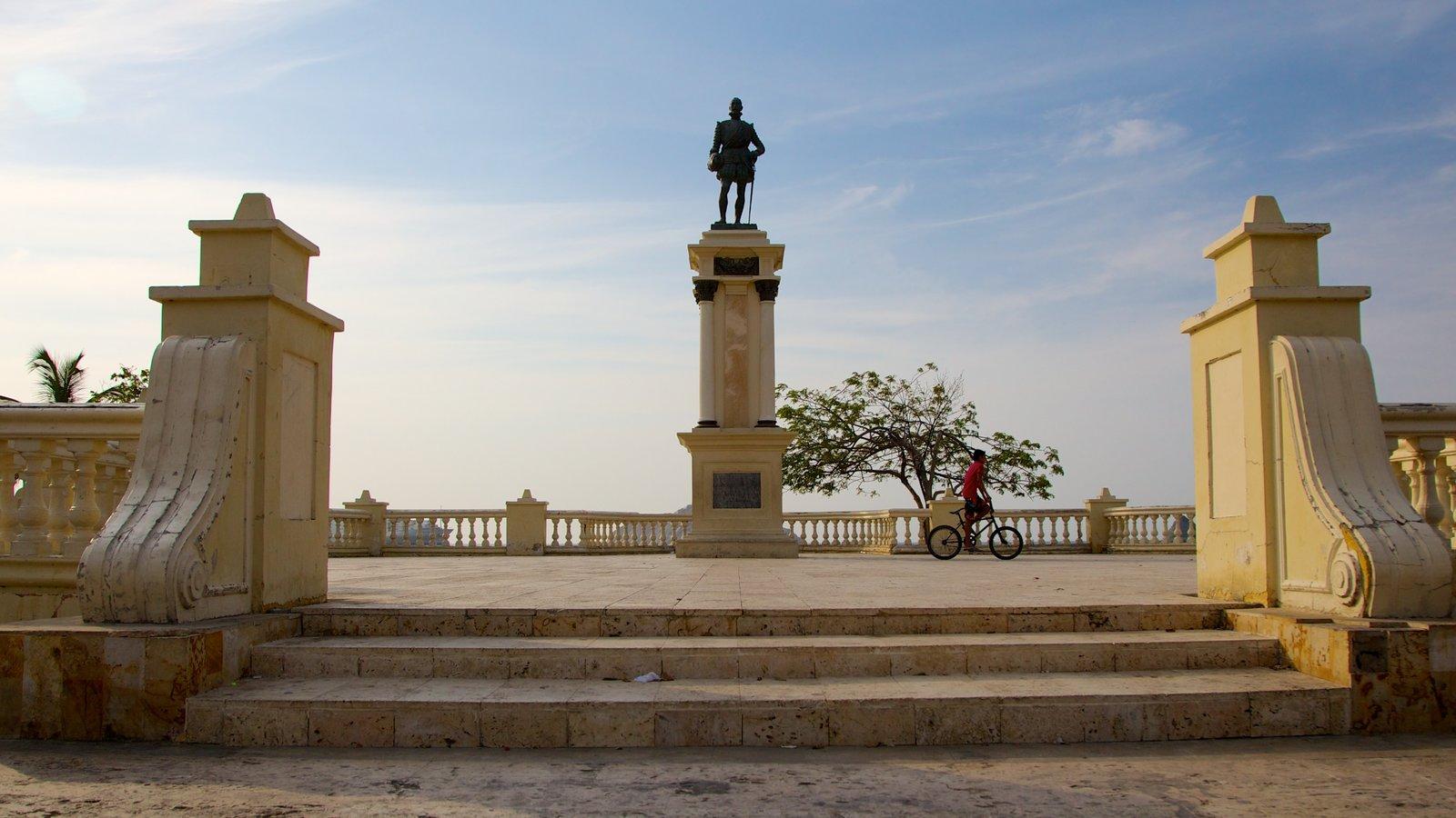 Plaza de Bolívar caracterizando um monumento, uma estátua ou escultura e uma praça ou plaza