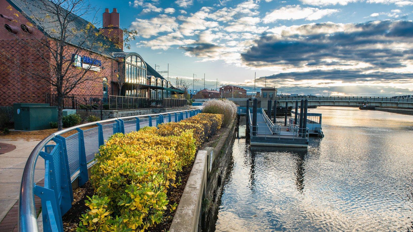 Wilmington ofreciendo una bahía o puerto y un río o arroyo