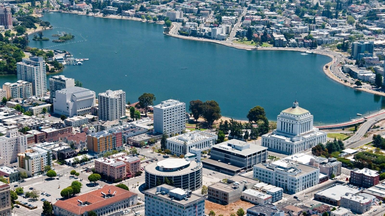 Oakland mostrando paisagens litorâneas, uma baía ou porto e uma cidade