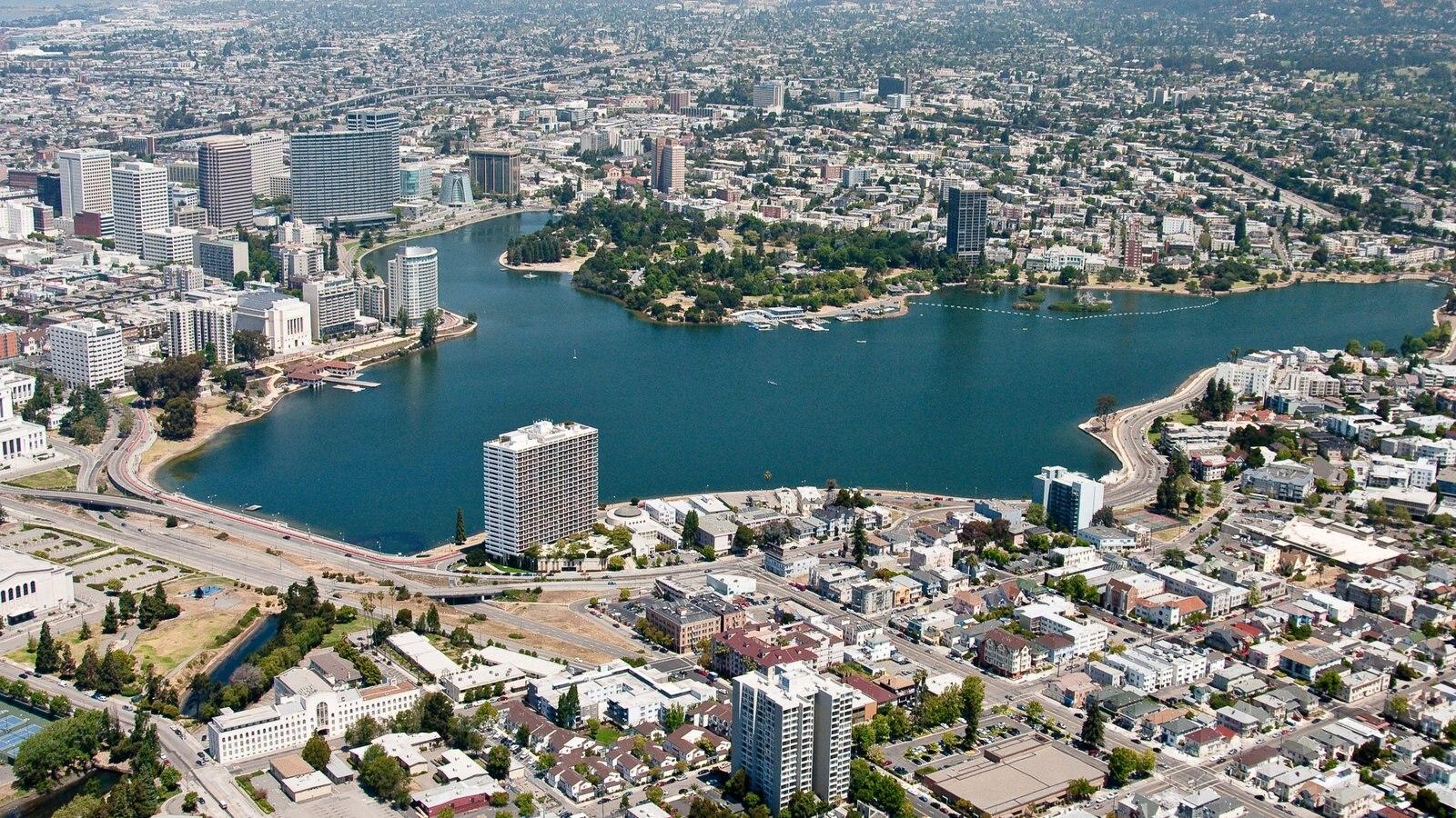 Oakland que inclui uma cidade, paisagens litorâneas e uma baía ou porto