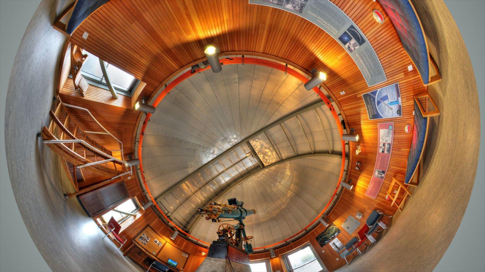 Chabot Space and Science Center caracterizando um observatório e vistas internas
