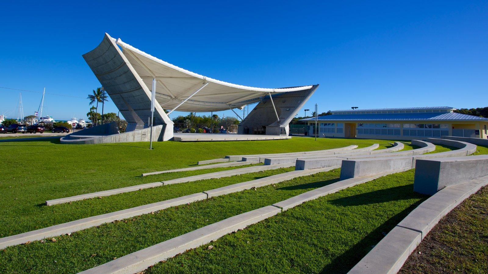 Founders Park caracterizando um jardim, cenas de teatro e arquitetura moderna