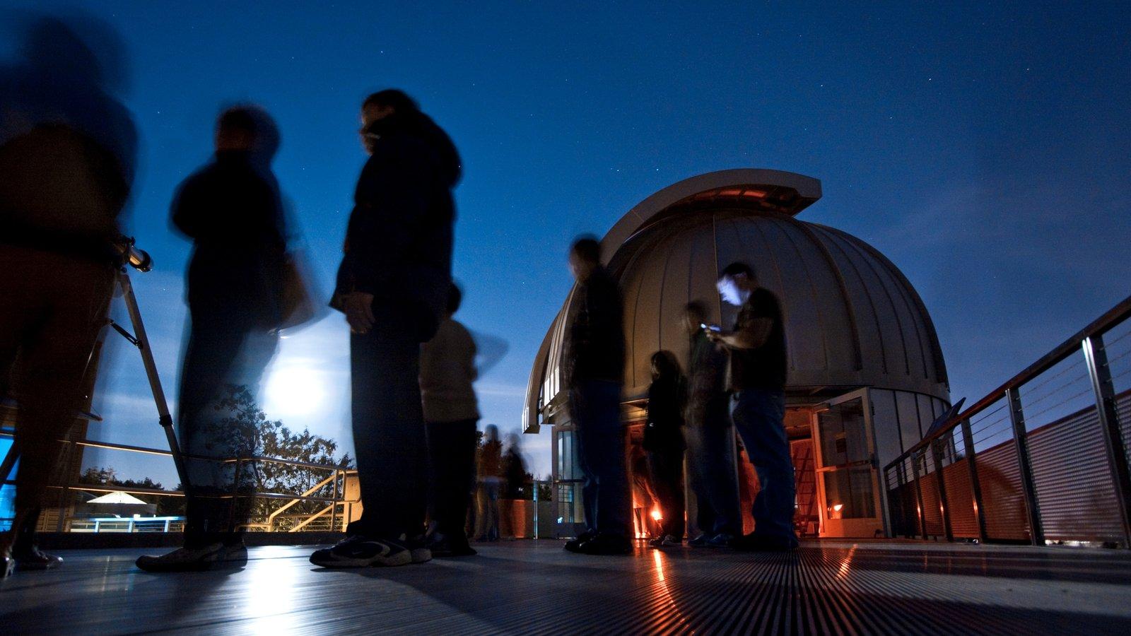Chabot Space and Science Center que inclui cenas noturnas, paisagens e um observatório