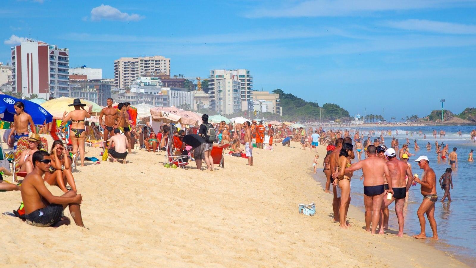 Rio de Janeiro que inclui uma praia e uma cidade litorânea assim como um grande grupo de pessoas