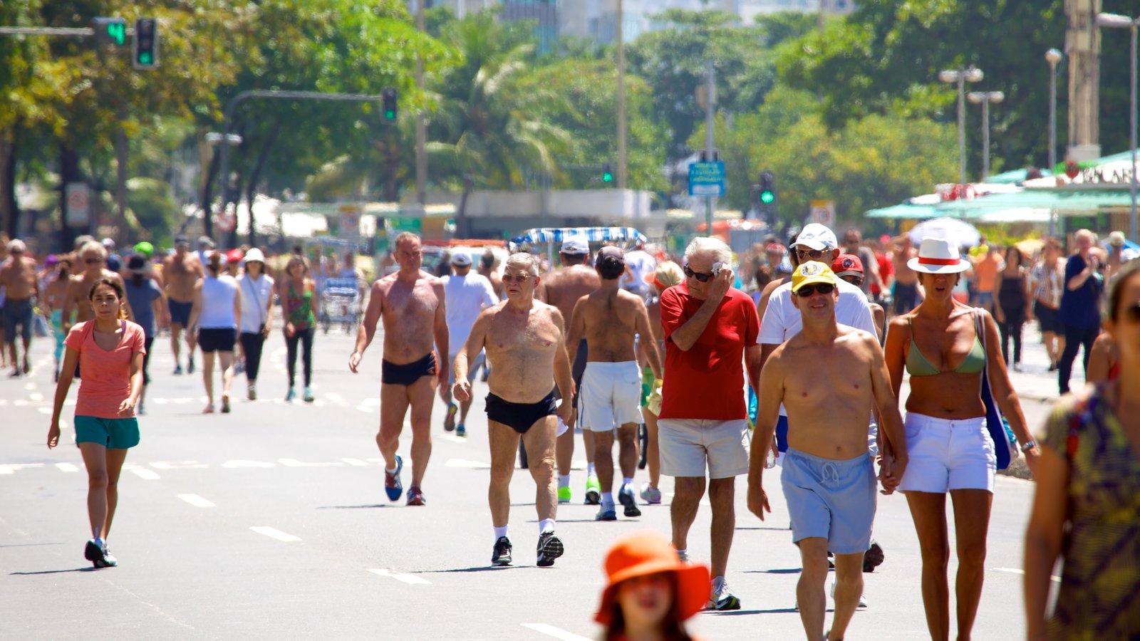 Praia de Copacabana caracterizando cenas de rua assim como um grande grupo de pessoas