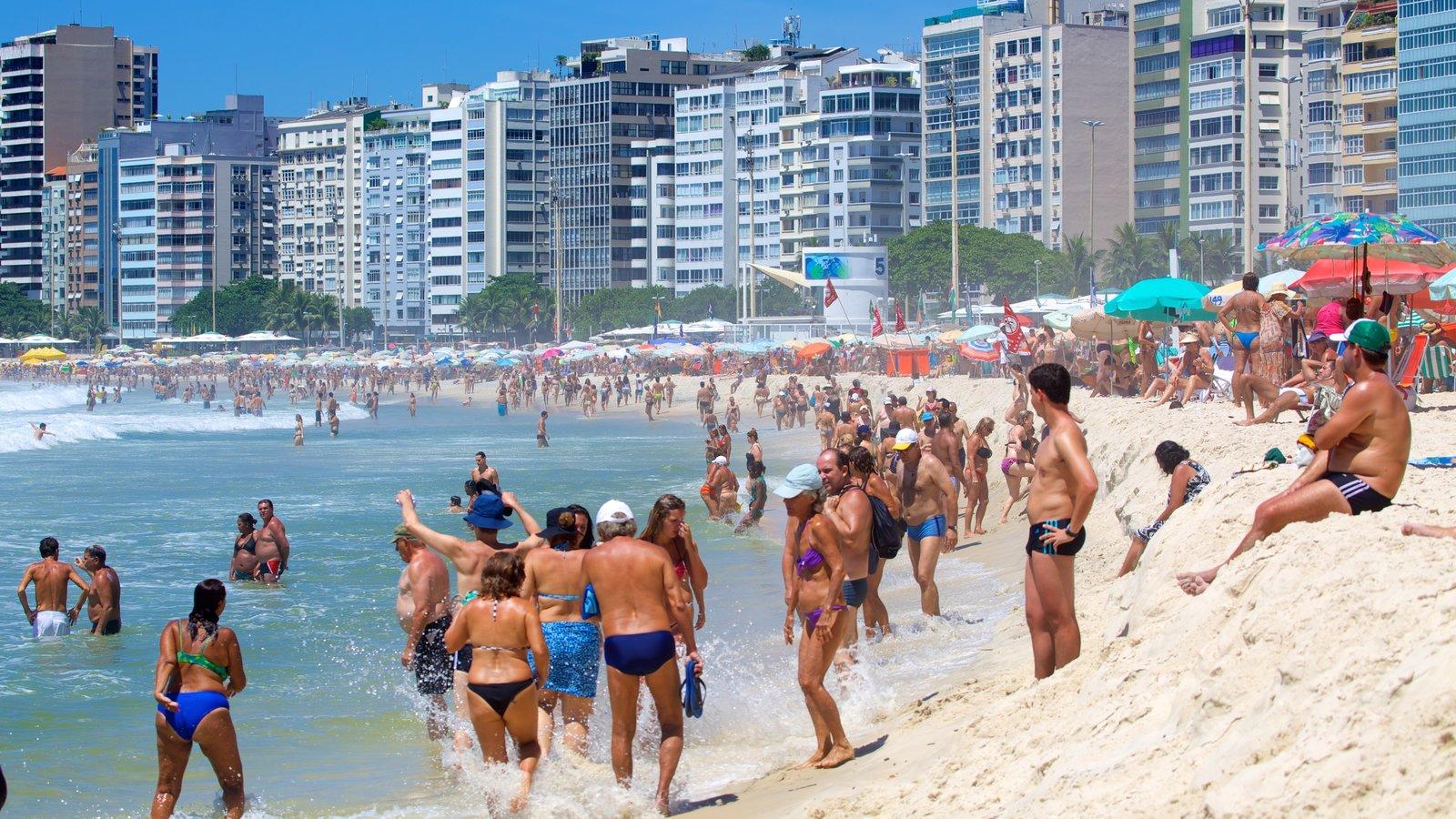 Praia de Copacabana mostrando uma praia de areia assim como um grande grupo de pessoas