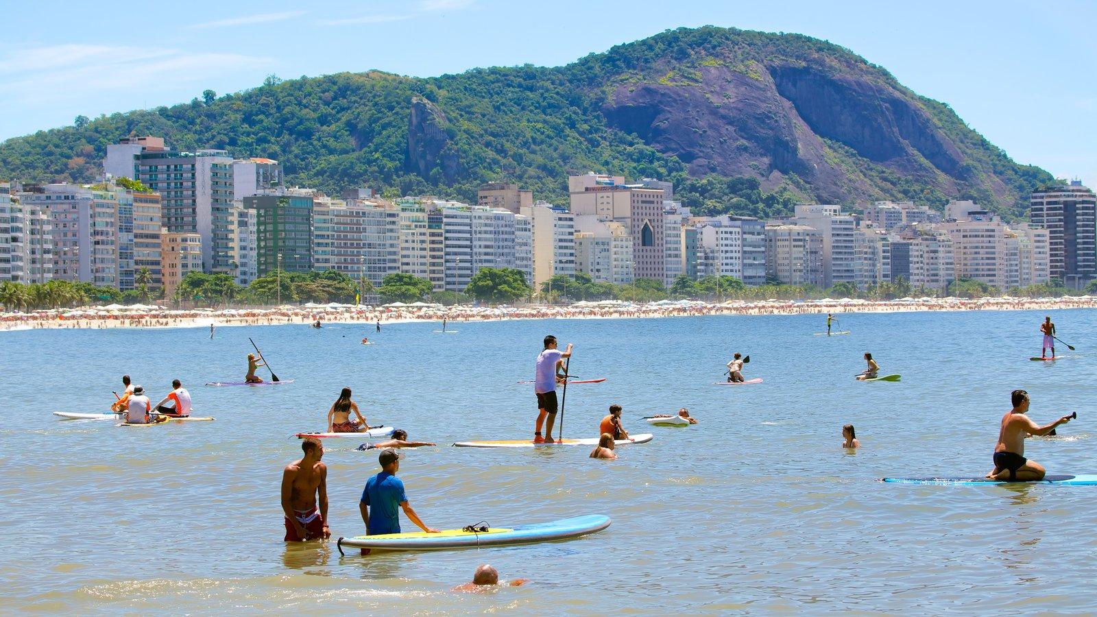 Praia de Copacabana mostrando natação, uma praia de areia e esportes aquáticos