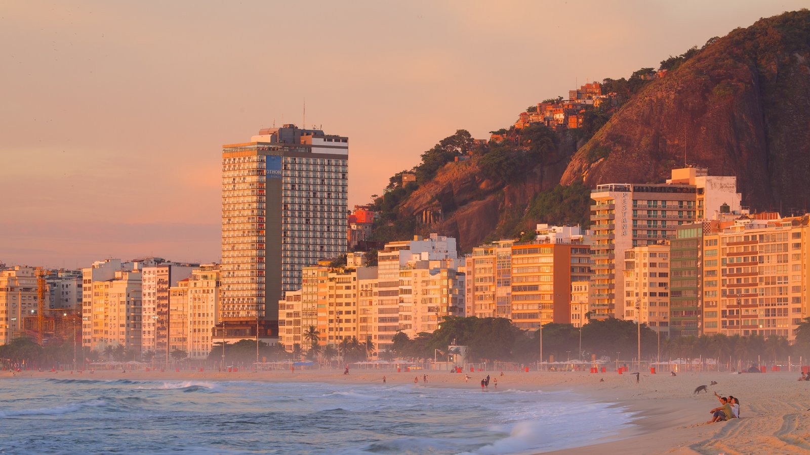 Praia de Copacabana que inclui uma praia de areia e uma cidade litorânea