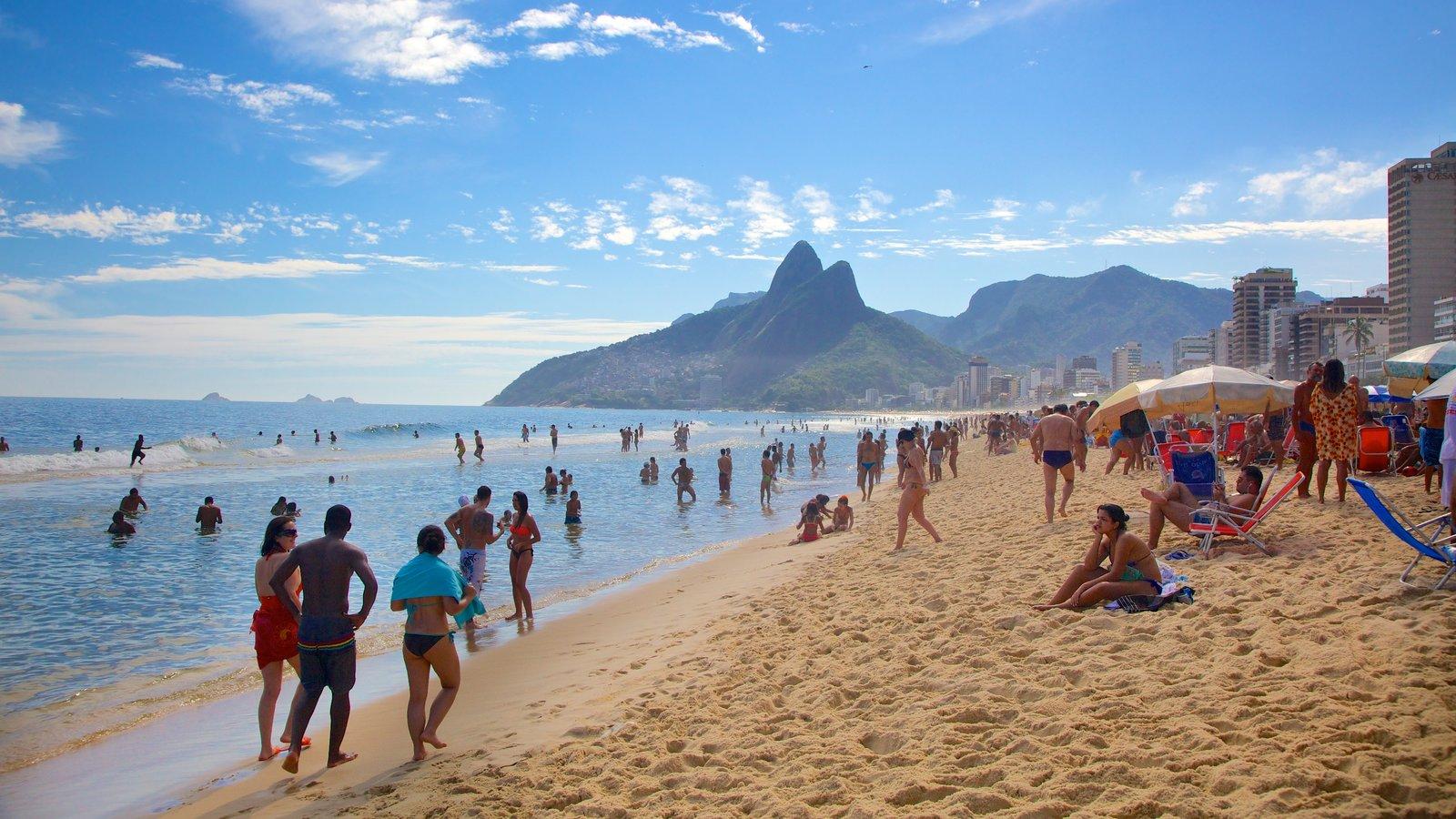 Praia de Ipanema caracterizando uma praia assim como um grande grupo de pessoas