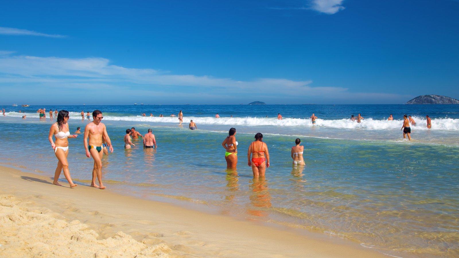 Praia de Ipanema que inclui uma praia assim como um pequeno grupo de pessoas