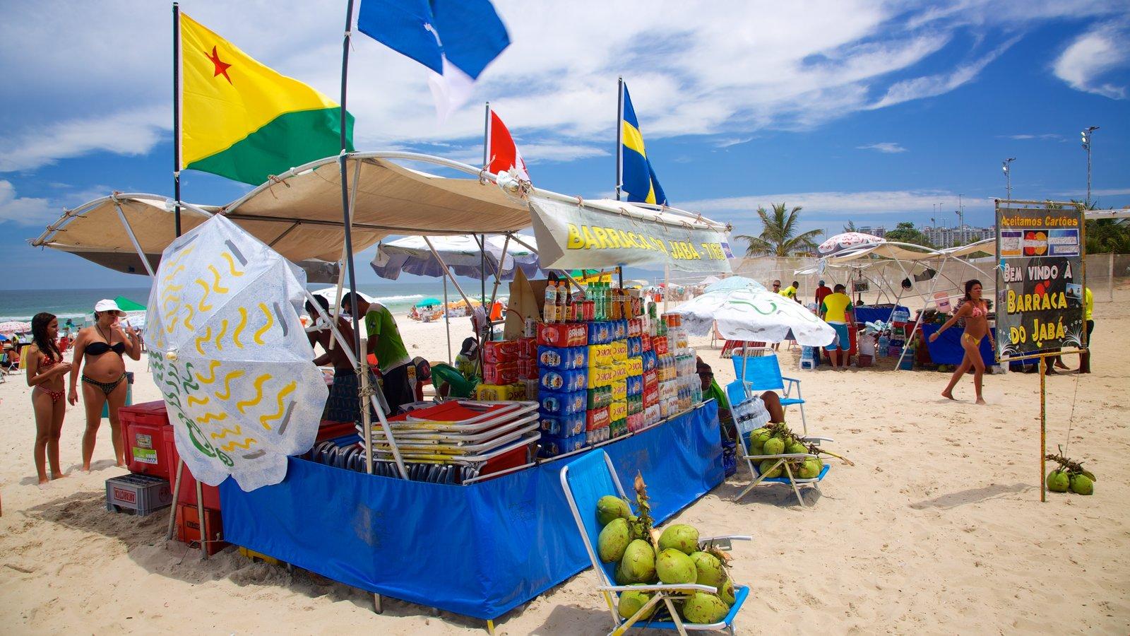 Barra da Tijuca mostrando uma praia de areia, um bar na praia e comida