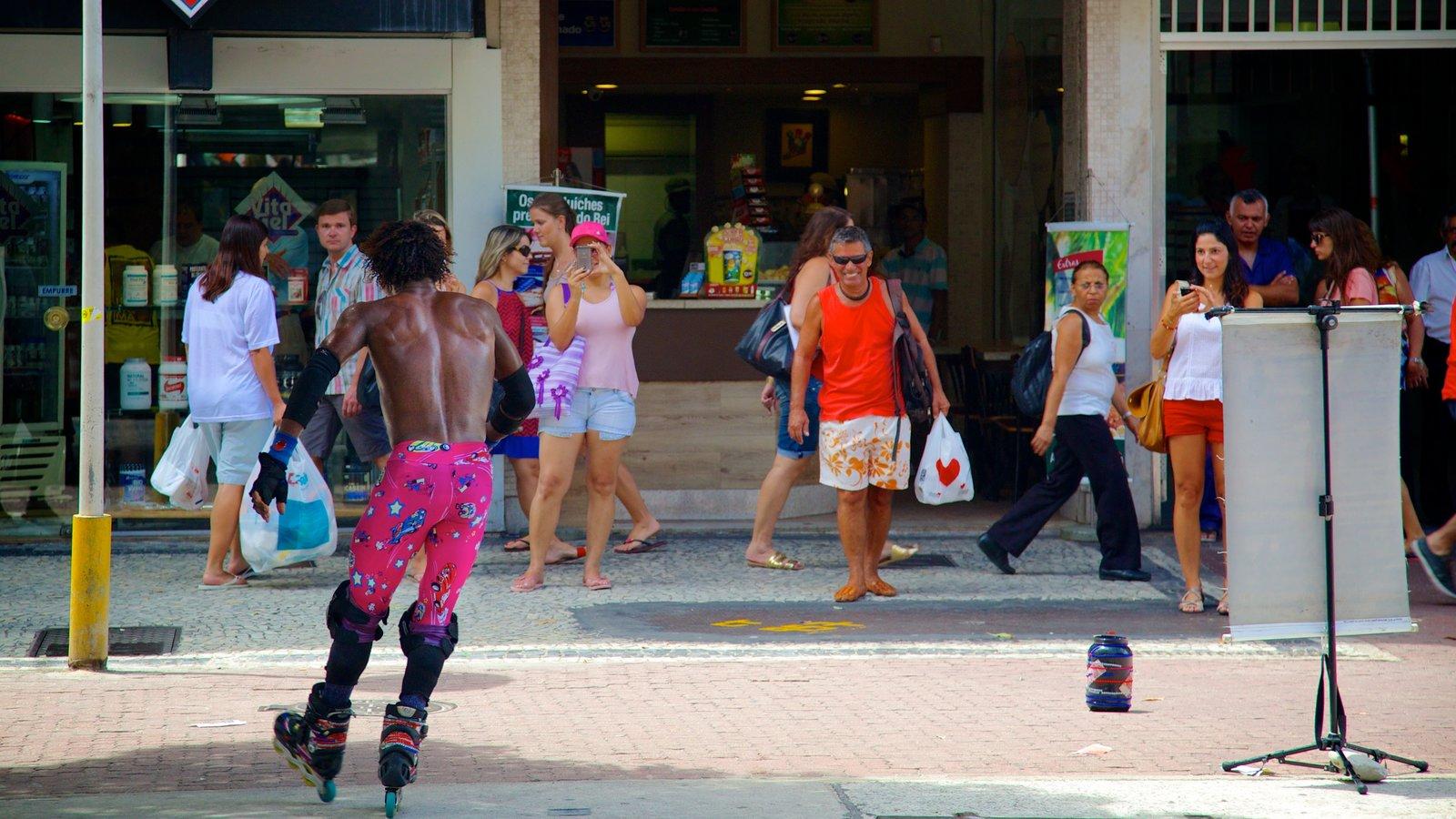 Ipanema que inclui performance de rua e cenas de rua assim como um grande grupo de pessoas
