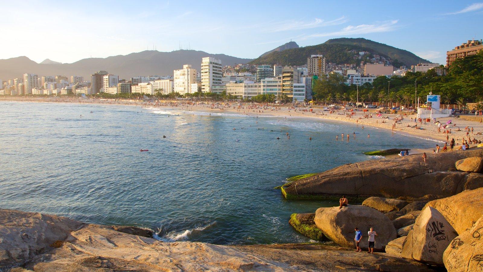 Praia do Arpoador mostrando litoral acidentado