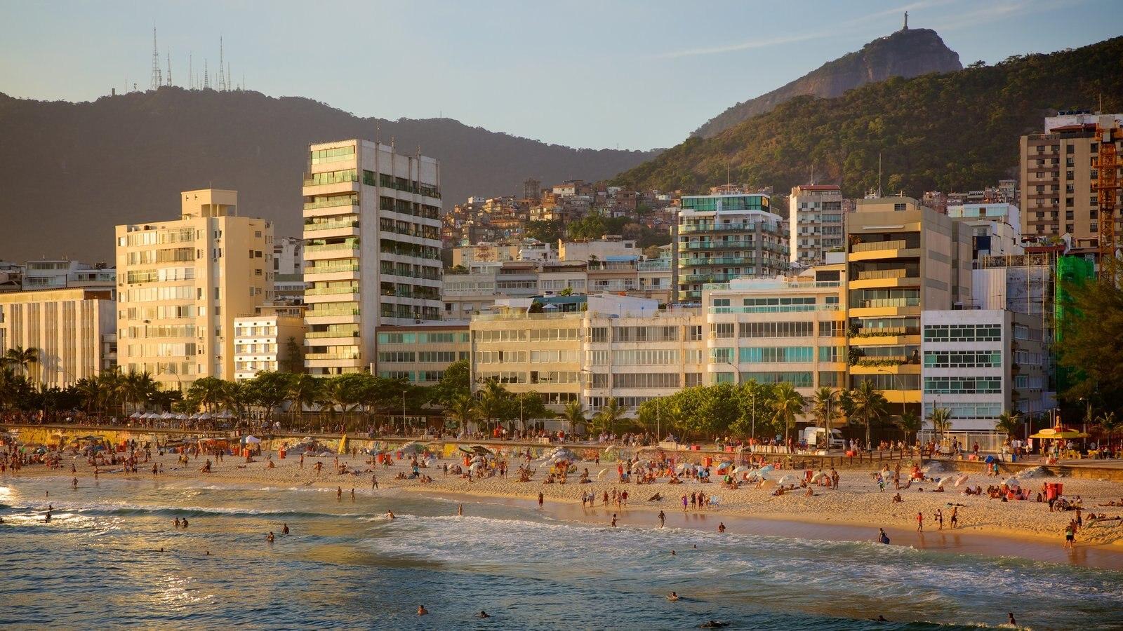 Praia do Arpoador caracterizando uma praia e uma cidade litorânea