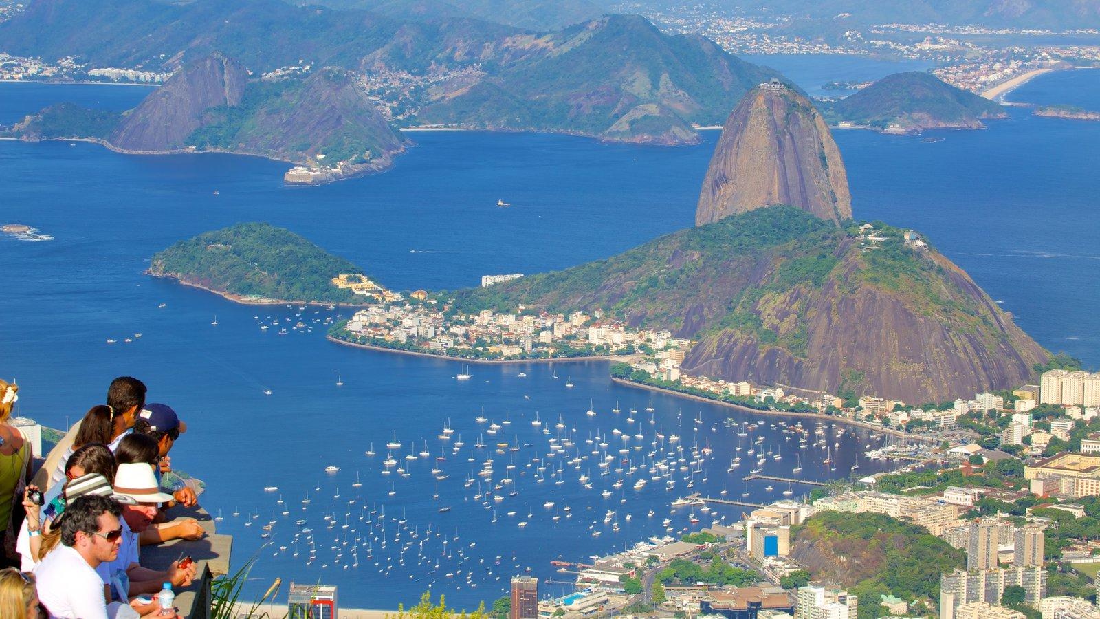 Baía de Guanabara que inclui paisagens litorâneas e uma cidade litorânea
