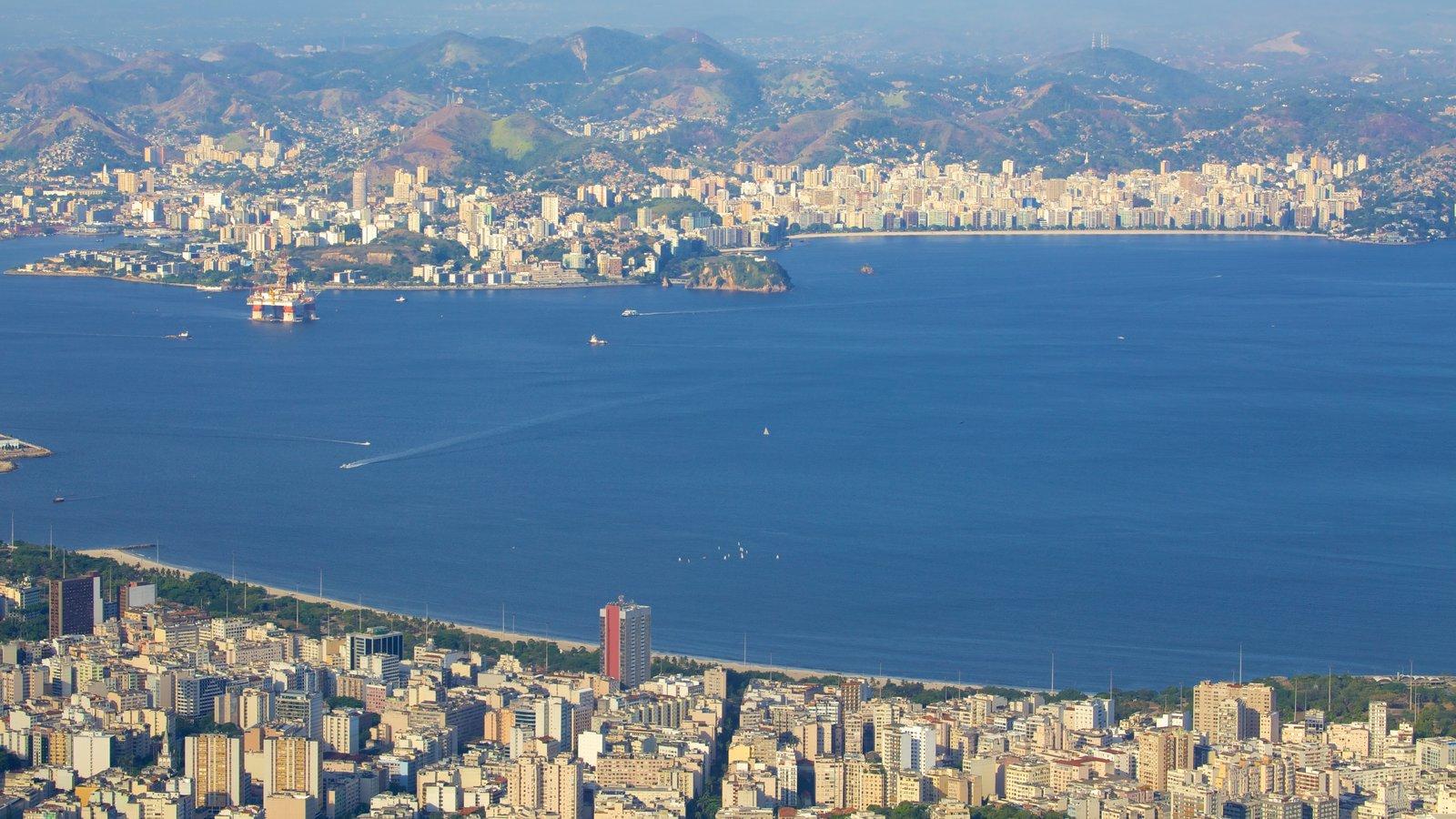 Corcovado que inclui paisagens litorâneas e uma cidade