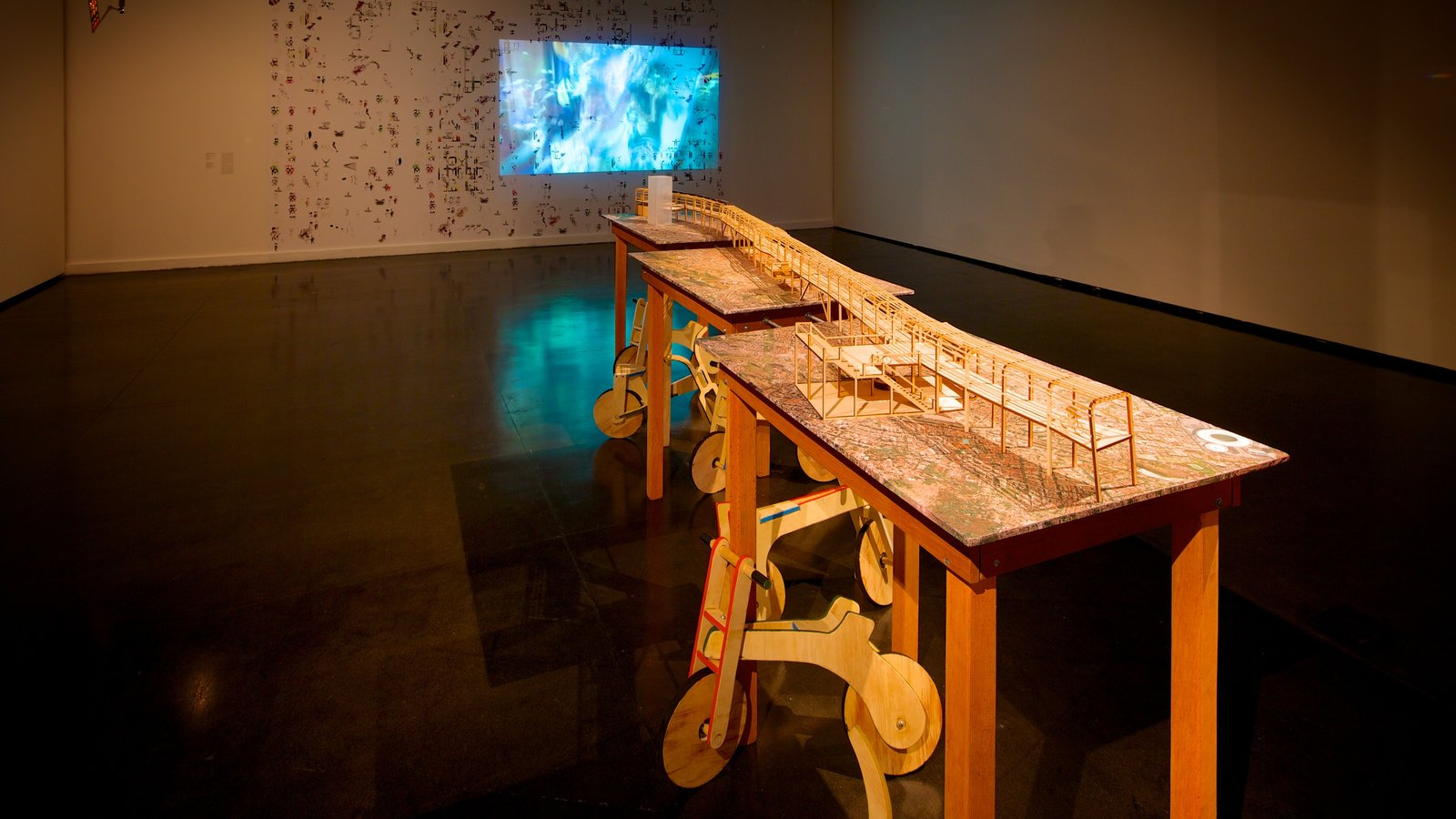 Museu de Arte Moderna caracterizando vistas internas e arte