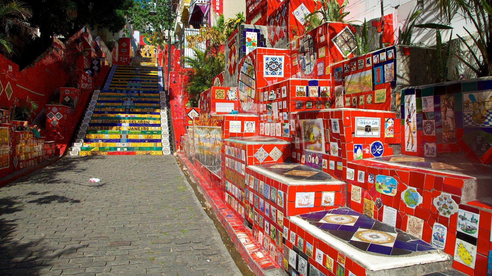 Escadaria do Selarón que inclui cenas de rua e arte ao ar livre