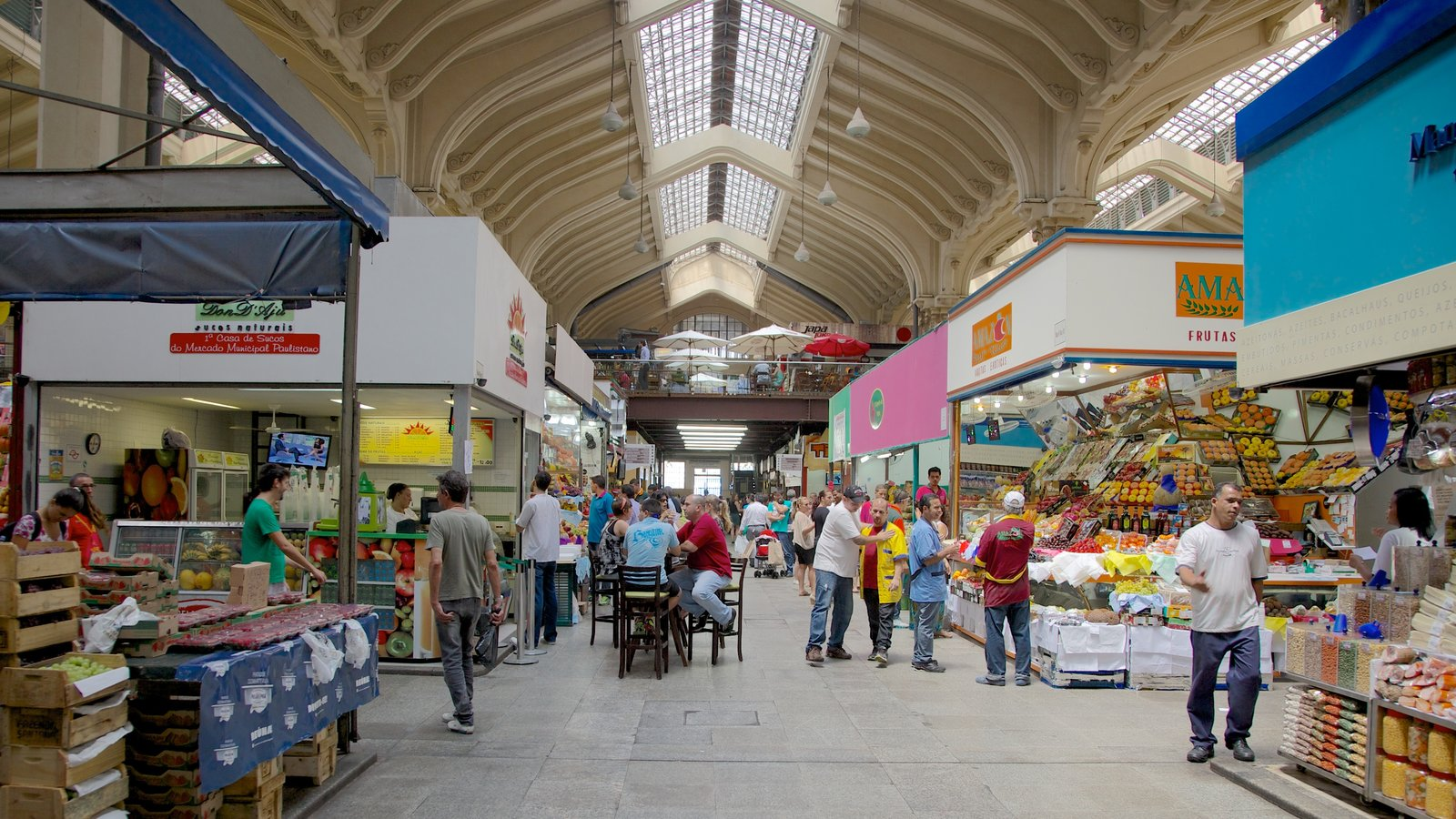 Mercado Municipal que inclui mercados e vistas internas assim como um grande grupo de pessoas