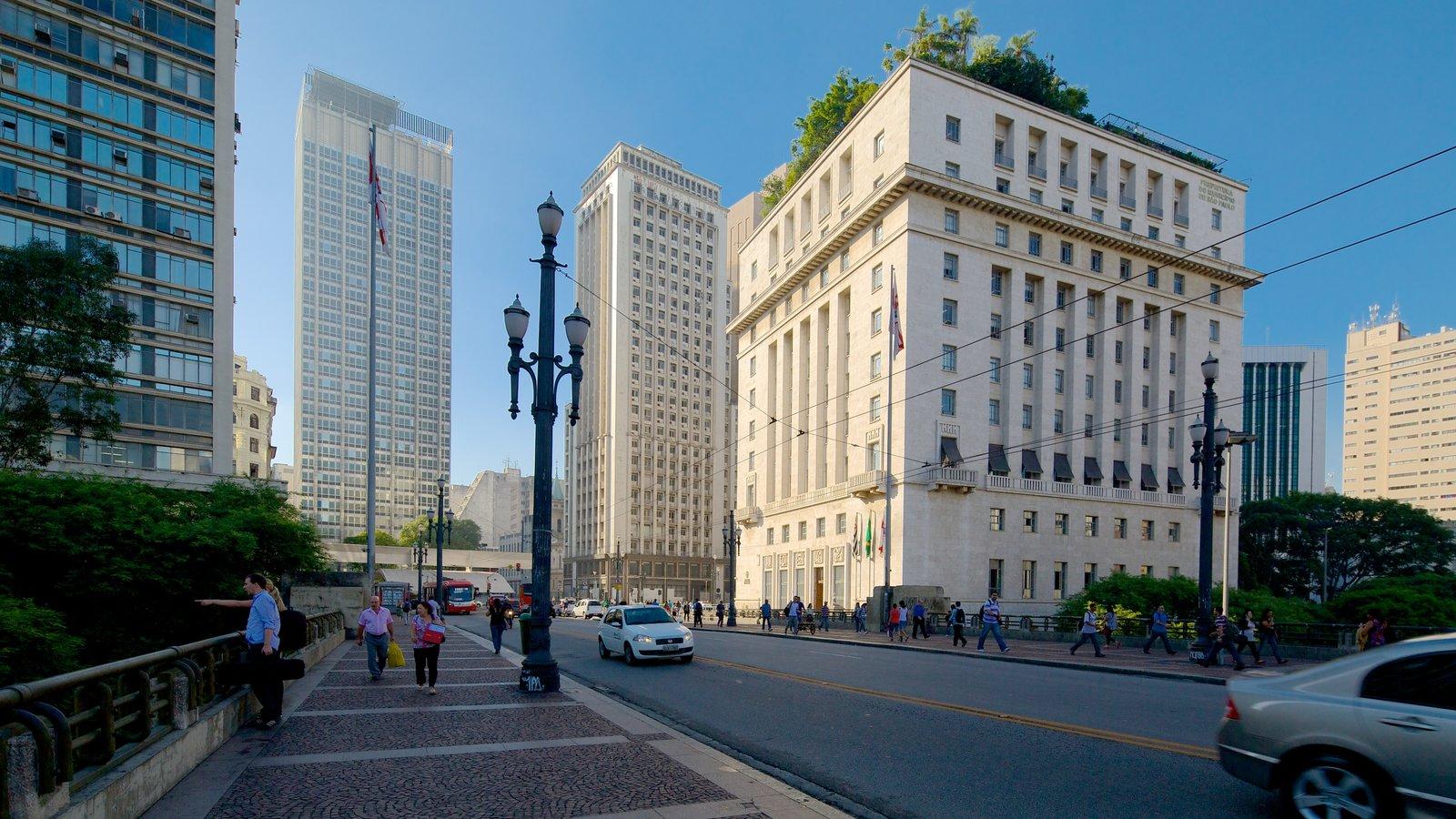 Prefeitura que inclui uma cidade e cenas de rua