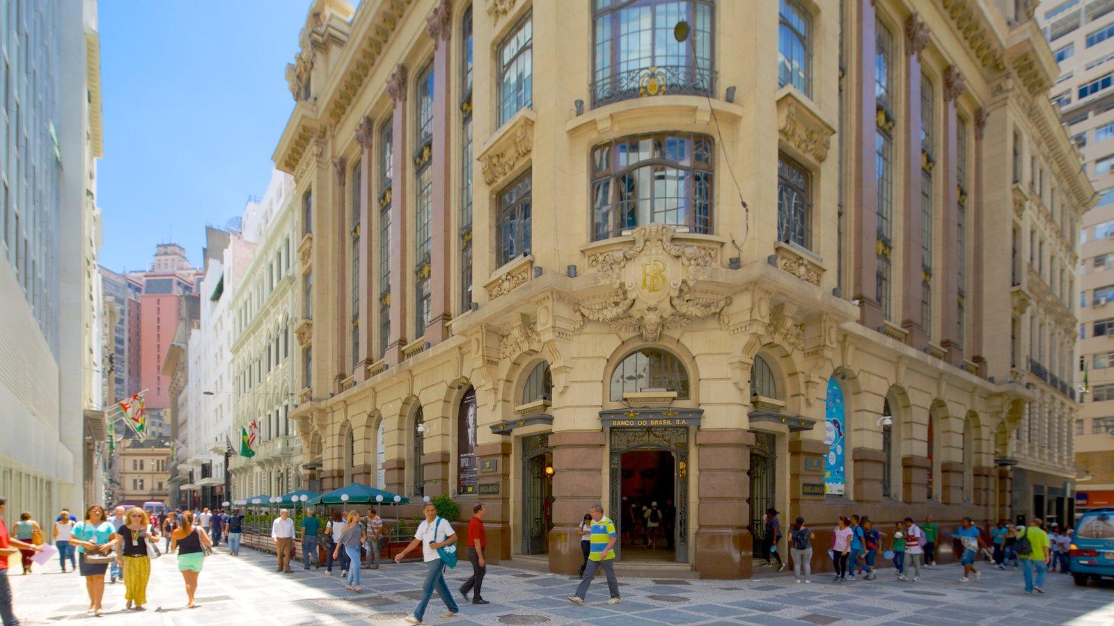 Centro Cultural Banco do Brasil caracterizando cenas de rua e arquitetura de patrimônio assim como um grande grupo de pessoas
