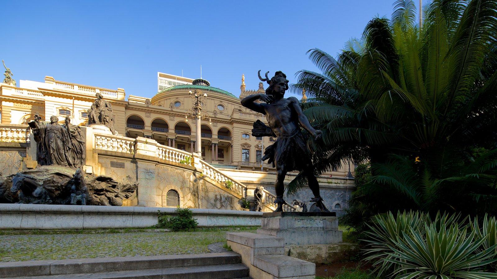 Teatro Municipal caracterizando arquitetura de patrimônio, uma estátua ou escultura e cenas de teatro