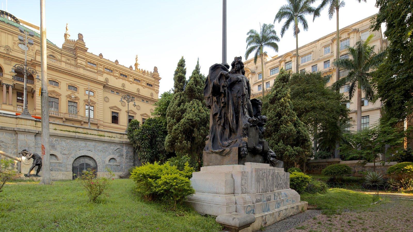 Teatro Municipal caracterizando uma estátua ou escultura e um parque