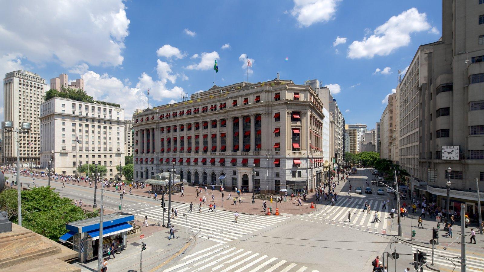 Teatro Municipal mostrando arquitetura de patrimônio, uma cidade e cenas de rua