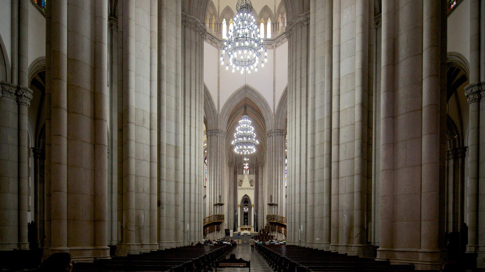 São Paulo que inclui uma igreja ou catedral, aspectos religiosos e vistas internas