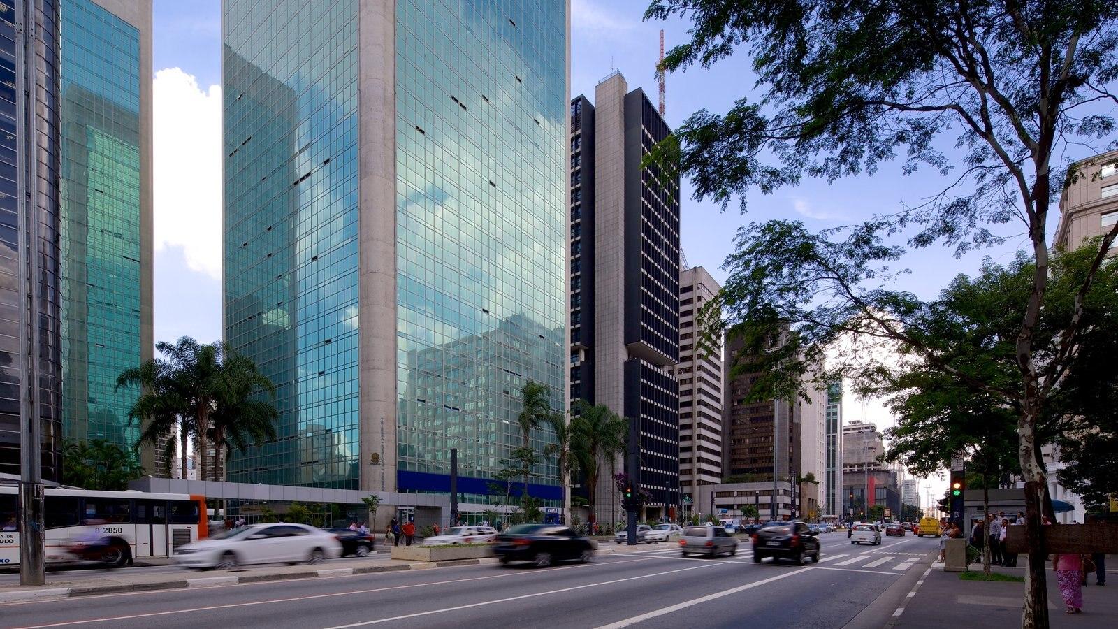 Avenida Paulista mostrando arquitetura moderna e uma cidade