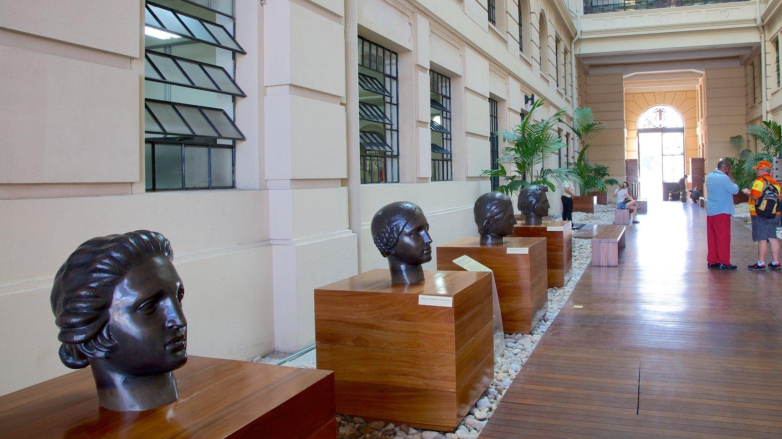 Sala São Paulo caracterizando vistas internas e uma estátua ou escultura