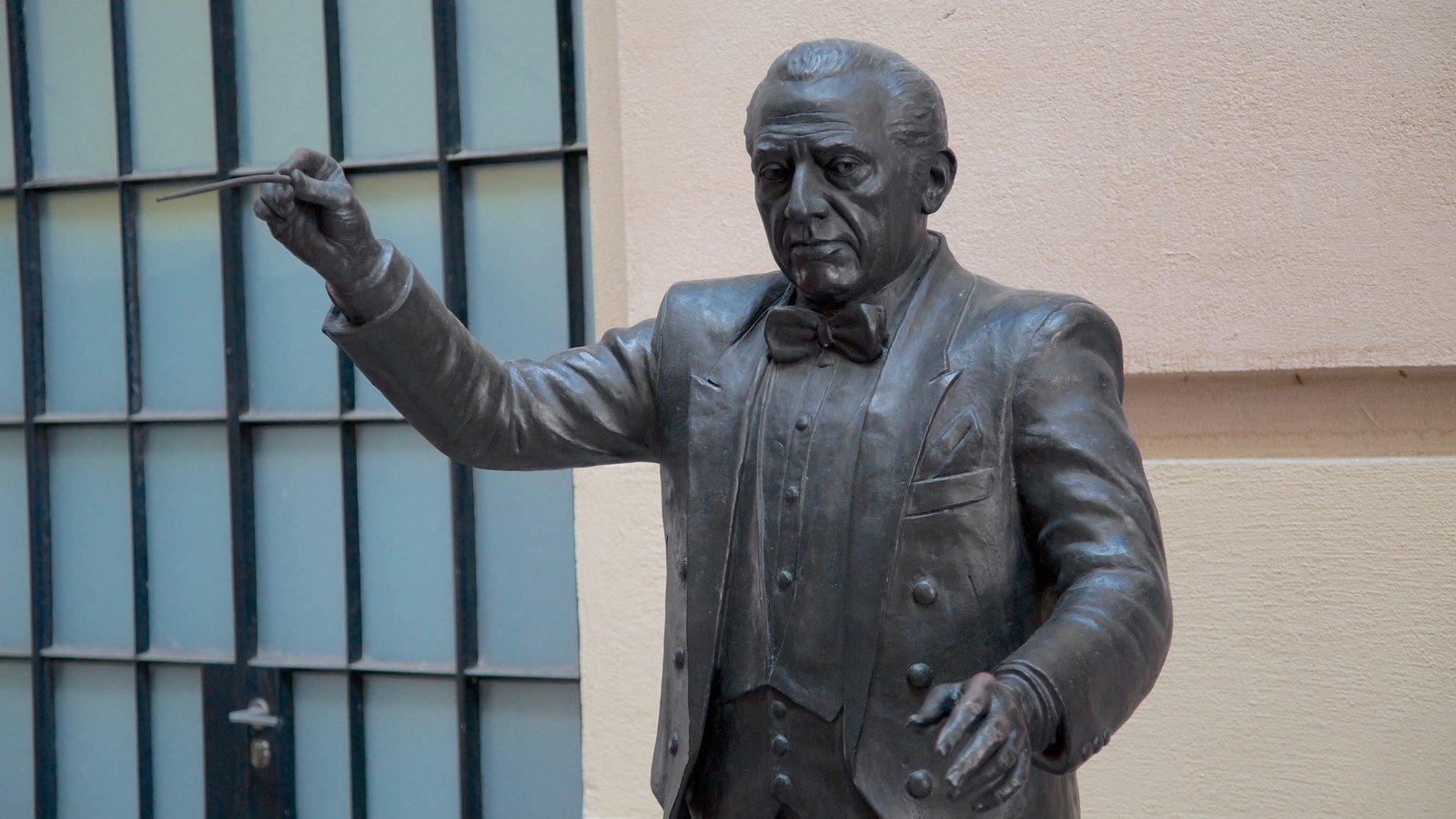 Sala São Paulo que inclui uma estátua ou escultura