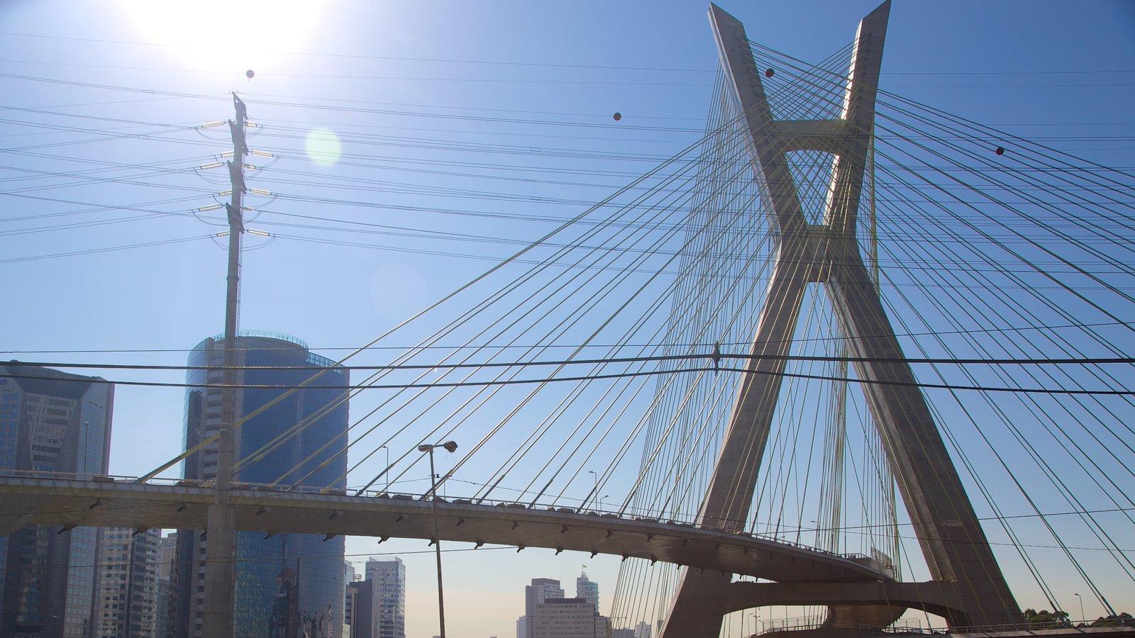 Ponte Octávio Frias de Oliveira mostrando arquitetura moderna e uma cidade
