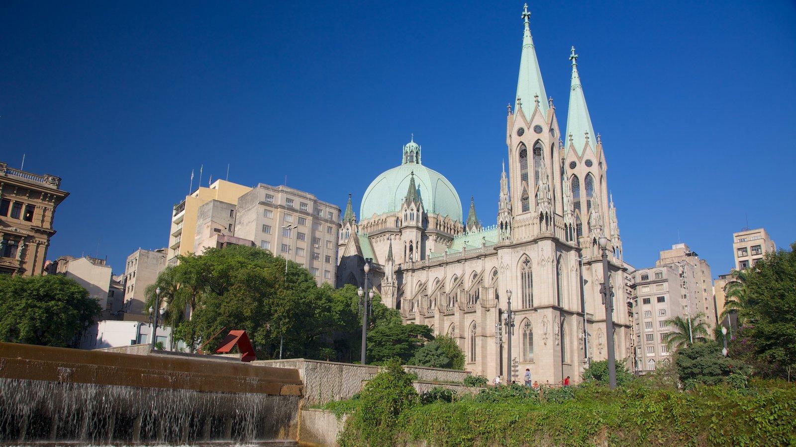 Catedral Metropolitana de São Paulo mostrando uma igreja ou catedral e aspectos religiosos